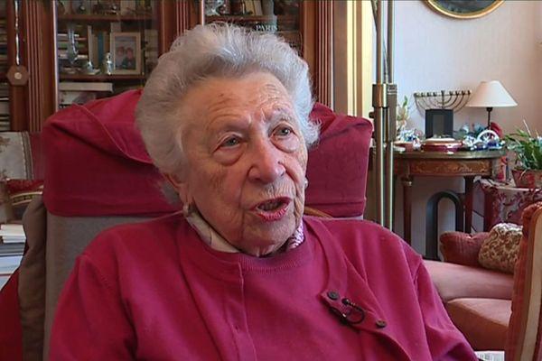 """Simone Polack, rescapée d'Auschwitz-Birkenau, raconte son histoire dans son livre """"Agis comme si j'étais toujours à tes côtés""""."""