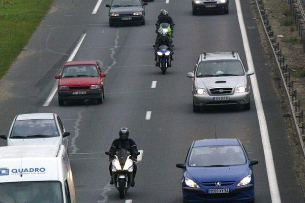 Les motards dans l'inter-file des voitures • © Photo AFP