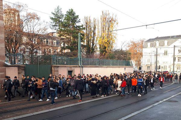 """A Mulhouse, le cortège de lycéens se dirige vers la place de la Bourse à Mulhouse aux cris de """"Macron Démission"""""""