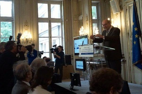 Le député PS Philippe Duron lors de la remise du rapport de la comission mobilité 21