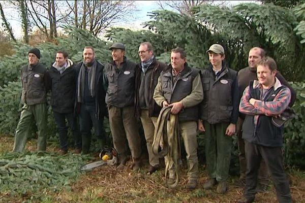 L'équipe de bûcherons qui a coupé l'arbre destiné au palais de l'Elysée.