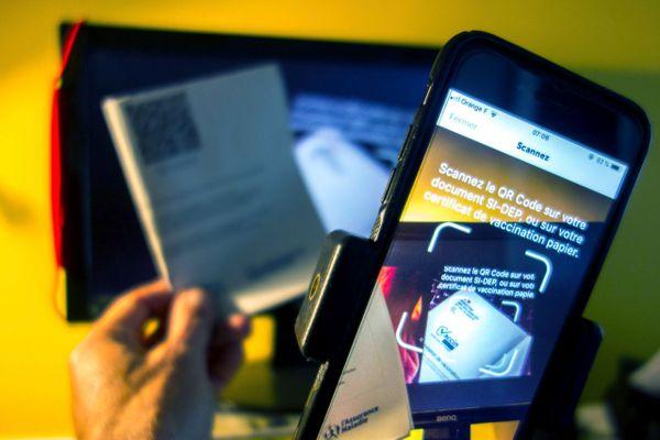 En format papier et numérique, le pass sanitaire est utilisé depuis le 9 juin 2021 pour accéder à des événements ou voyager.