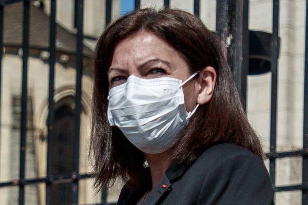 Anne Hidalgo portant un masque de protection le jeudi 9 avril, devant la basilique du Sacré Cœur de Montmartre (illustration).