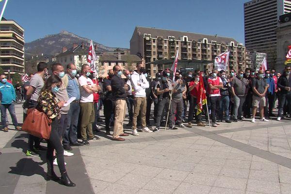 Une centaine de salariés se sont regroupés devant le tribunal de Chambéry, où une audience impliquant Ferroglobe se tenait au même moment.