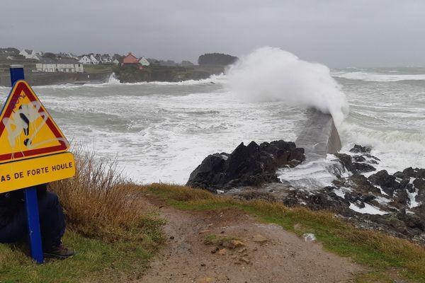Mer démontée lors de la tempête Dennis à Clohars-Carnoët (Finistère)