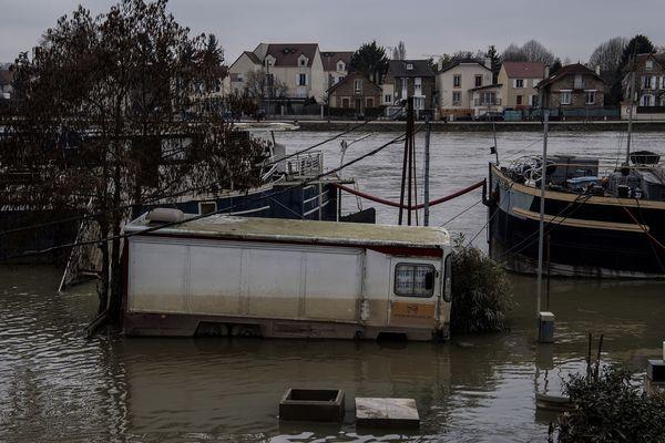 Un camion au milieu de péniches à Ville Villeneuve-Saint-Georges (Val-de-Marne) lors des inondations de février en Île-de-France.
