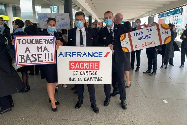 """Des salariés d'Air France ont manifesté à l'aéroport de Blagnac le dimanche 9 mai 2021. """"Air France sacrifie le Capitole pour la capitale"""", indique l'une de leurs pancartes."""