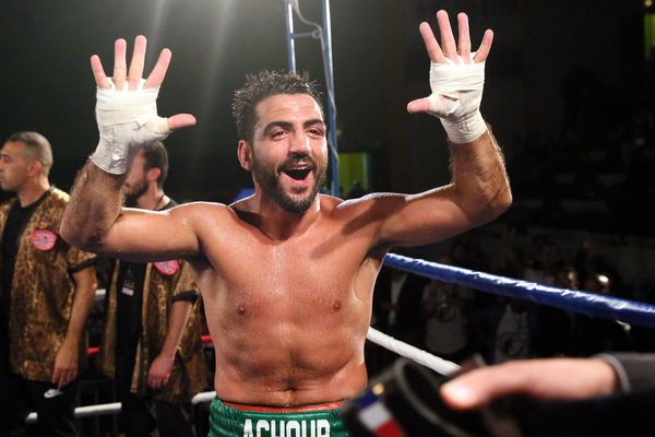 Karim Achour hilare à l'issue de son combat contre Michel Mothmora à Blois (Loir-et-Cher) le 21 octobre 2017, à l'issue duquel il remporte son 10e titre de champion de France en catégorie poids moyen.