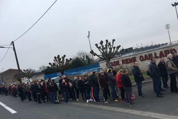 Beaucoup de monde devant le stade René Gaillard de Niort pour obtenir une ou des places pour assister au 8è de finale de la Coupe de France entre les Chamois Niortais et le Paris Saint Germain.