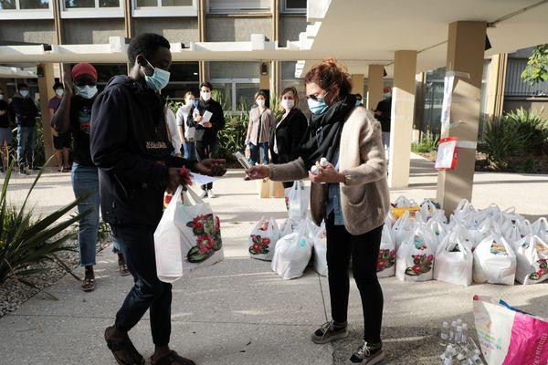 """Les """"sacs solidaires"""" seront redistribués aux étudiants des Alpes-Maritimes en difficulté."""