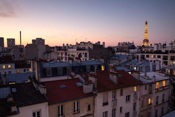 """L'annuaire en ligne sera entre autres destiné aux Parisiens """"les plus fragiles et les plus isolés"""", actuellement confinés chez eux (illustration)."""