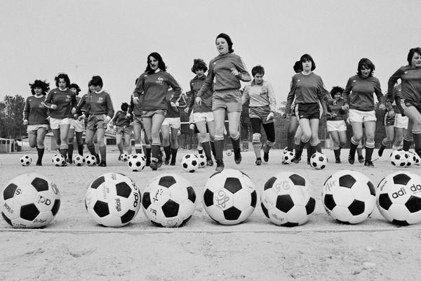 L'équipe de France de football féminin s'entraîne à Soulac-sur-Mer, Gironde, le 22 février 1979.