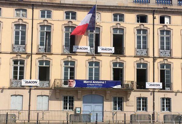 La façade de la mairie de Mâcon aux couleurs d'Antoine Griezmann, un des héros de la Coupe du monde de football 2018