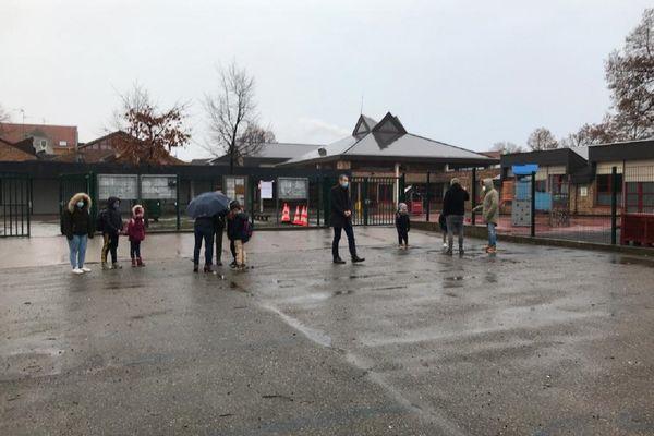 Les rares parents non informés accueillis ce matin devant l'école par la directrice et l'inspecteur