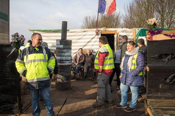 Le campement des gilets jaunes, démantelé ce lundi matin, était installé au rond des Oiseaux à l'entrée d'Abbeville depuis le 6 décembre dernier.