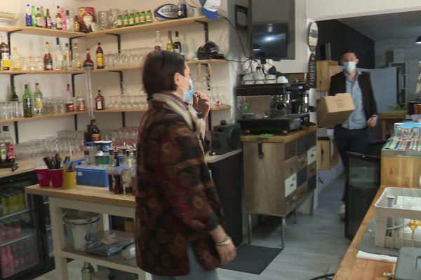 Chez Prano, les gérants Alexis et Julia s'activent dans le bar à préparer une hypothétique réouverture.