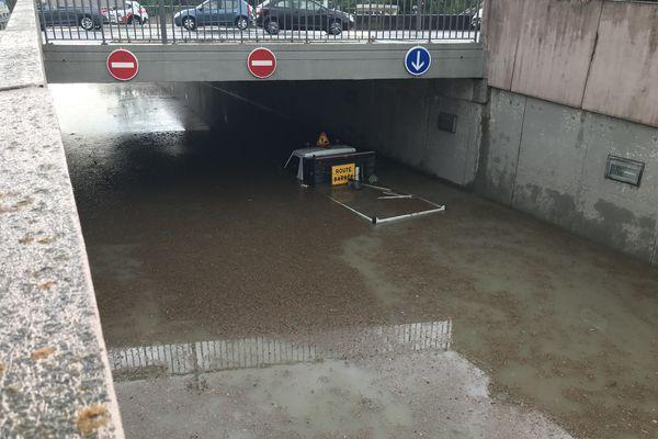 Le secteur du canal est impraticable ce pont est noyé sous les eaux. Les occupants de cette camionnette du Grand Reims ont pu sortir à temps.