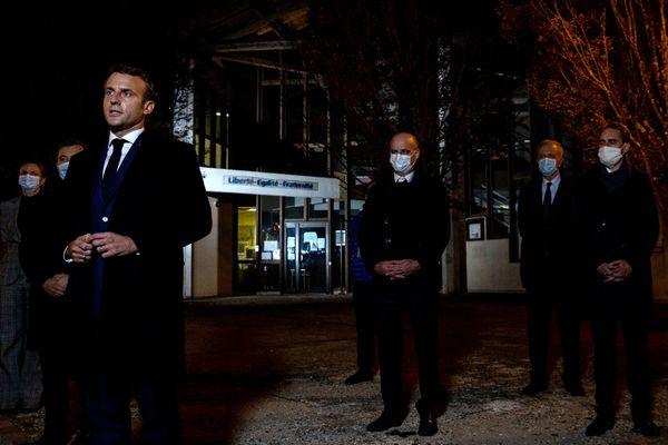 Emmanuel Macron, s'est rendu sur les lieux de l'attaque ce vendredi soir 16 octobre.