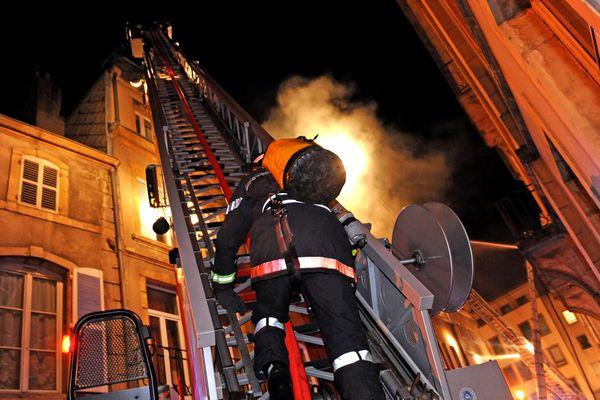 Intervention dans un feu d'habitation en centre-ville