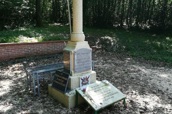 monument en hommage aux fusillés du bois de la Reulle