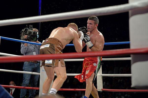 Maxime Beaussire en difficulté sous les coups de Matteo Signani.