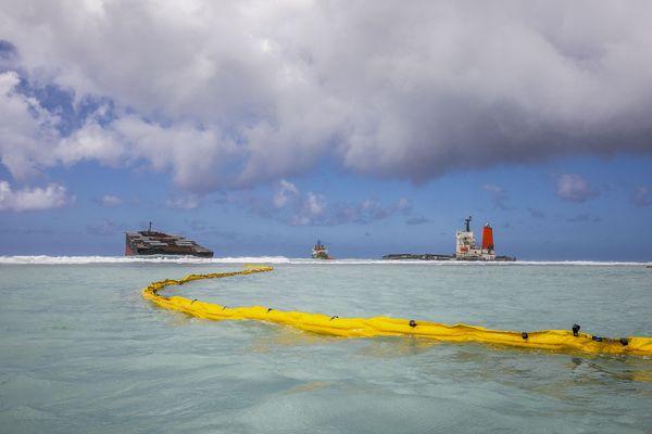 Des boudins constitués de cheveux aident à limiter la propagation des nappes d'hydrocarbures lors de l'échouement du Wakashio à l'Île Maurice