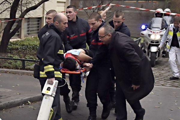 Au moins 12 morts dont 2 policiers dans l'attentat perpétré dans les locaux de Charlie Hebdo, à Paris.