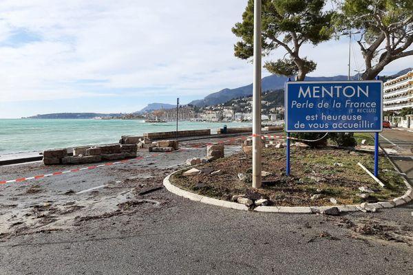 À Menton, la promenade de la Reine Astrid a été fermée à la circulation. Un muret a cédé face aux coups de mer de la Tempête Bella.