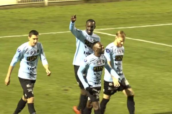 Lassana Doucouré, entouré de ses coéquipiers, célébrant son premier but face à Concarneau, dans un match comptant pour la 15e journée de National, le 30 novembre 2019.