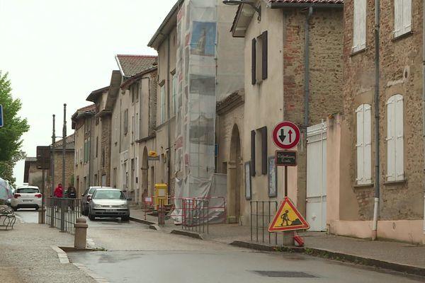 A Moras-en-Valloire, dans cette petite commune de la Drôme des collines, les 700 habitants vivent au rythme du covid-19.