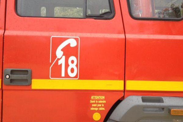 Les pompiers ont réalisé les gestes de premiers secours avant de transporter l'homme à l'hôpital.