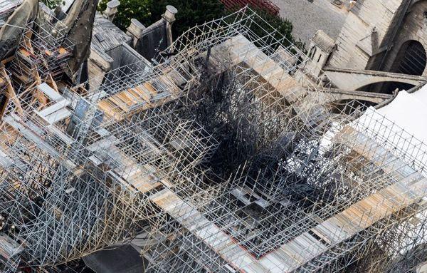 L'ancien échafaudage qui ceinturait l'édifice a complètement fondu.