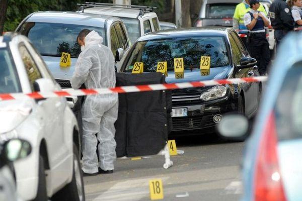 Un enquêteur de la police judiciaire s'affaire sur les lieux où l'ancien militant nationaliste corse Antoine Nivaggioni a été tué, le 18 octobre 2010 à Ajaccio