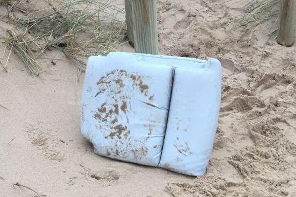 Le coussin ramené sur la plage et pris en photo par Josette, dimanche dernier, quand elle le découvre.