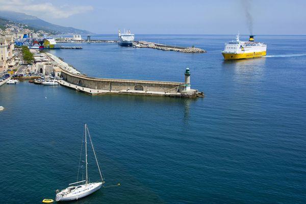 """Le conseil exécutif de Corse demande un renforcement des contrôles sur les passagers et les marchandises qui arrivent sur le territoire insulaire. Malgré des arrêtés limitant les transports de passagers, des """"flux anormaux"""" de passagers continuent d'être relevés, notamment au départ de Toulon."""