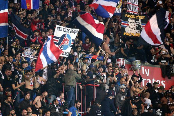 Des supporters parisiens, lors du match PSG/OM, le 23 octobre 2016.