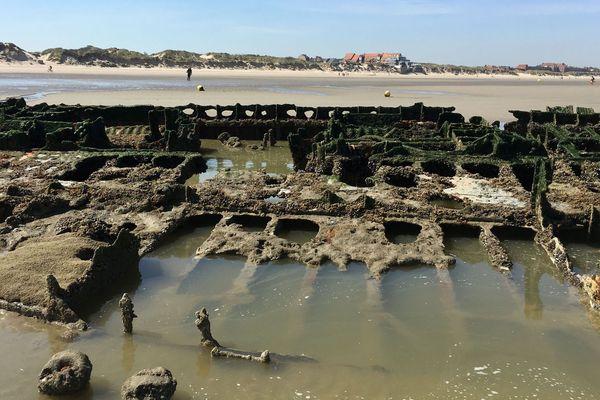 L'épave du Crested Eagle, détruit le 29 mai 1940 par l'aviation allemande, est encore visible sur la plage de Zuydcoote, à marée basse.