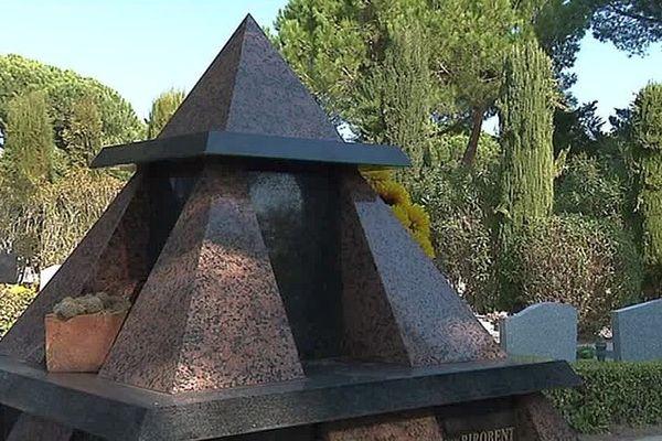 La Grande-Motte (Hérault) - le cimetière et ses columbarium en forme de pyramide, comme la cité - novembre 2017.