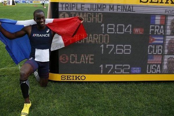 Le nouveau champion du monde de triple-saut Teddy Tamgho, devant le tableau où s'est inscrit sa distance : 18,04 mètres.