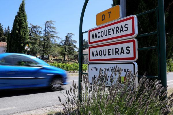 Le Conseil départemental avait conseillé aux maires du Vaucluse de déplacer les panneaux situés sous celui indiquant la commune