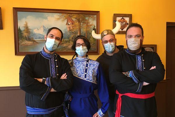 Nicolas, Sarah, Alexis et Damien tentent de garder le moral aux Portes de l'Isba.