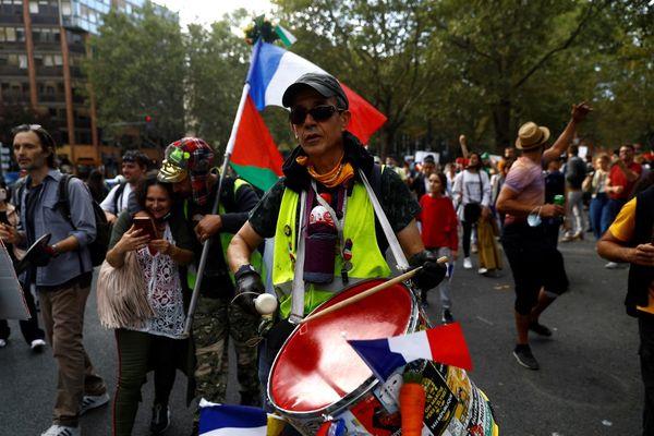 Des manifestants contre le pass sanitaire place du Colonel Fabien ce samedi 28 août à Paris.