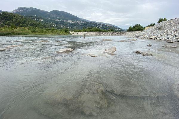 Le fleuve Var près du pont de la Manda au niveau du seuil numéro 4.