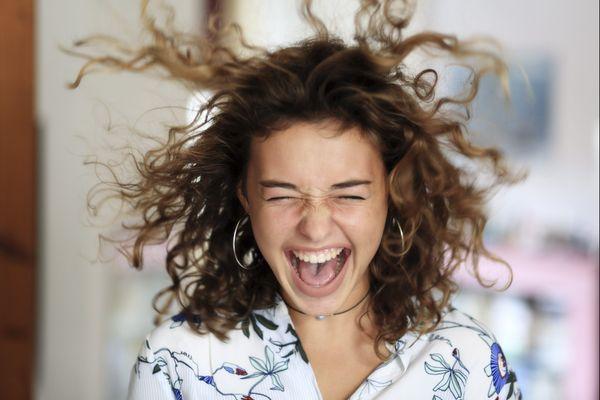Soyons patient-e-s, nos cheveux attendront la main experte des coiffeurs-ses, après la fin du confinement.