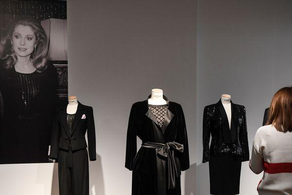 La garde-robe Yves Saint Laurent de Catherine Deneuve, avant la vente aux enchères chez Christie's.