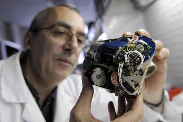Un technicien de la société Carmat travaille sur un cœur artificiel prototype en 2009