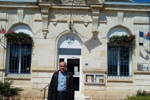Daniel Fénélon, le maire de Belvès-de-Castillon devant sa mairie © DR