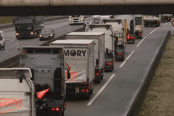 MoryGlobal : un convoi de poids lourds a mené une opération escargot aux abords de Lyon ce lundi matin, ralentissant la circulation à Lyon.  30/3/15