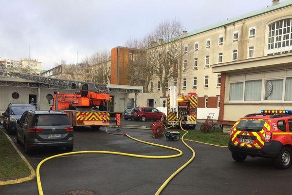 Incendie au Lycée Benjamin Franklin à Orléans. Une trentaine de pompiers est intervenue pour circonscrire le feu au restaurant scolaire. 30 janvier 2019