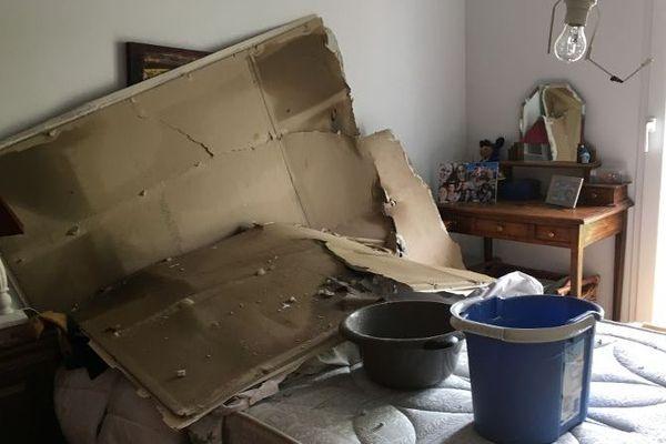 Dans l'un des logements, c'est un plafond qui s'est écroulé sur un lit.